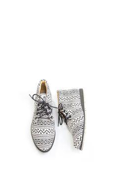 Sapatos veganos e artesanais, feitos a partir da reutilização de roupas vintage. Venda online e frete grátis para todo Brasil.
