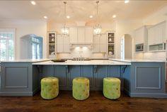 Wohnideen küche klassisch weiß blau kochinsel grüne polsterhocker
