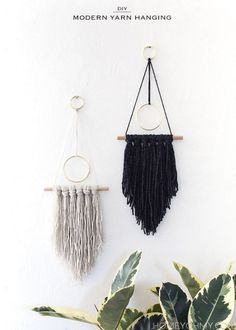 How-To: Incredibly Simple Boho-Style Wall Hanging Wandbehang , How-To: Incredibly Simple Boho-Style Wall Hanging Dekoration, Boho Hochzeit, Macrame, Blumenampel Hochzeit und Heiraten. Yarn Wall Art, Art Yarn, Hanging Wall Art, Diy Wall Art, Diy Hanging, Hanging Decorations, Macrame Wall Hangings, Modern Wall Art, Diy Art
