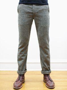 Grå kostymbyxor, mörkblå tunn stickad tröja