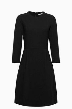 Un modèle chouchou au quotidien : la robe évasée en jersey stretch lourd et texturé.