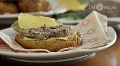 Maková houska s domácí paštikou a salátovou okurkou