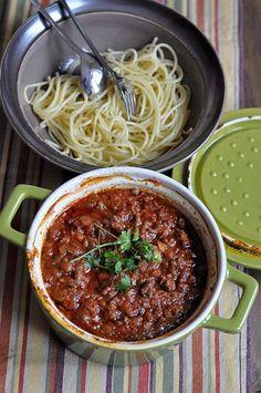 """Sos boloński wg Jamiego Olivera : Przepis pochodzi z programu emitowanego w Kuchnia+ """"Przekręty Jamiego Olivera"""" Składniki: oliwa 5 plastrów wędzonego boczku 1 gałązka rozmarynu 1 ząbek czo. Przepis na Sos boloński wg Jamiego Olivera Bolognese, Food And Drink, Meals, Cooking, Ethnic Recipes, Thermomix, Kitchen, Meal, Yemek"""