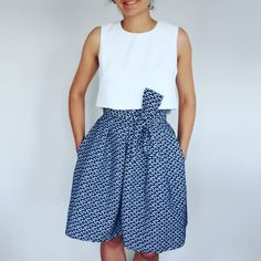 """#laparisienneenété terminée, avec  le top cousu en crêpe!  Pour avoir une taille plus marquée, j'ai (beaucoup) raccourci la longueur du haut! Toutefois, malgré ce """"crop-top"""" la ceinture plus large de la jupe permet de conserver la ligne élégante de la robe! Plus de photos sur le blog! :)  @louisantoinetteparis #louisantoinetteparis #louisantoinette #jeportecequejecouds #instacouture #handmade #isew tissu jupe et top #maisoncousu @maisoncousu #LAParisienneETE"""