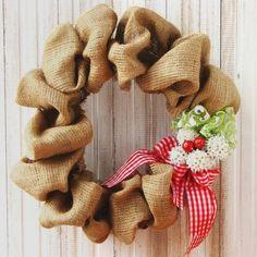 Deseja montar uma decoração mais rústica nesse Natal? Você pode montar uma guirlanda toda revestida de estopa (juta), criando um charme a mais na decoração da casa.