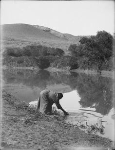 The water carrier. An Indian woman collecting water from a river. Date Original Native American Photos, Native American Indians, American History, Native Americans, Trail Of Tears, Tribal People, Native Style, Modern History, Native Indian