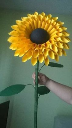 Origami Paper, Diy Paper, Paper Crafting, Paper Gifts, Paper Sunflowers, Giant Paper Flowers, Origami Flowers, Sunflowers Background, Paper Roses