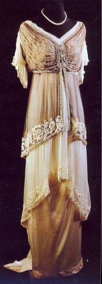1910-15 dress - They just don't make clothes like this any  more. Wow!