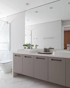 Cor cinza: 60 ideias para usar o tom na decoração com muita criatividade Double Vanity, Decoration, Bathroom, Kitchen, Design, Home Decor, Grande, Gray Bathroom Vanities, Plank Wall Bathroom