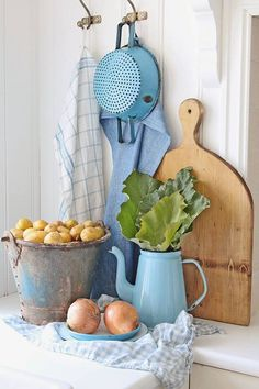 Farmhouse Kitchen Decor Ideas: Great Home Improvement Tips You Should Know! Farmhouse Kitchen Decor, Farmhouse Chic, Country Kitchen, Swedish Kitchen, Country Farmhouse, Cozy Cottage, Cottage Living, Cottage Style, Country Blue
