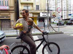 Goura Nataraj com sua filha Sofia na bicicletada de Curitiba