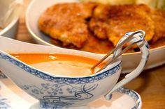 Verdens bedste paprika flødesauce, der laves af hønsefond, paprika og fløde. Super god sovs til schnitzler og koteletter. Og meget andet. Til paprika flødesauce til fire personer skal du bruge: 2 deciliter hønsefond 4 teskefulde paprika 3 spiseskefulde tomatpasta 2