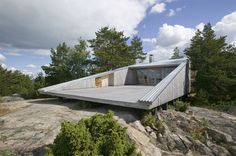 interesting Finnish house that faces a lake...