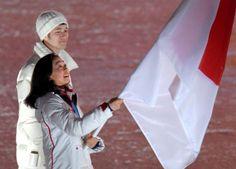 〈これまでの歩み〉 2010年2月28日、閉会式で入場する旗手の浅田真央=飯塚晋一撮影
