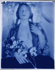 "photo US cyanotype : Paul Burty Haviland, ""Florence Peterson in kimono with flowers"", 1910, bleu, pictorialisme"