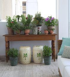 Esta horta foi toda montada em vasos. Ela fica na varanda de um apartamento e tem como apoio um aparador de madeira (Hortas   Garden)