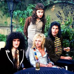 24 Pictures That Prove Freddie Mercury Was The Ultimate Rock Star Queen Brian May, I Am A Queen, Save The Queen, Queen Queen, Queen Photos, Queen Pictures, Queen Freddie Mercury, Queen Banda, Queens Wallpaper
