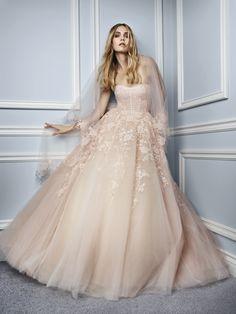 Foto 1 de 9 Paradise: Traje de novia línea princesa confeccionado en tul y encaje color melocotón   HISPABODAS Esta colección otoño de Monique Lhuillier para novias, ¡tiene magia!