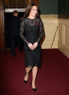 Pin for Later: 16 Outfit-Ideen für Weihnachten & Silvester - abgekuckt direkt von den Stars Kate Middleton in Dolce & Gabbana Die Herzogin von Cambridge beweist, dass man mit Spitze bei festlichen Anlässen immer gut gekleidet ist.