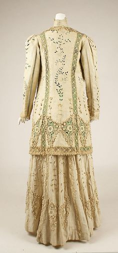 Ensemble with lace trimmings, American or European, ca. 1910. Back view.
