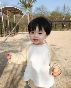 Image about cute in Asian Kids by Garden heart Cute Asian Babies, Korean Babies, Asian Kids, Cute Babies, Cute Baby Boy, Cute Little Baby, Little Babies, Mode Ulzzang, Ulzzang Kids