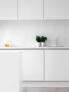 sleek white kitchen ombiaiinterijeri | All things nice