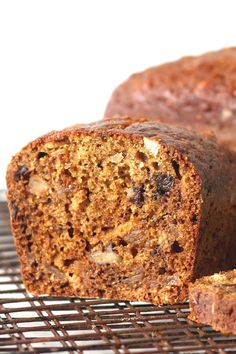 Make a sweet loaf of fig & date nut bread perfect with tea or coffee for a nutritious breakfast or snacking. This easy recipe for quick bread is full of flavor! Sweet Bread Loaf Recipe, Quick Bread Recipes, Sweet Recipes, Cake Recipes, Dessert Recipes, Dried Fig Bread Recipe, Date Nut Loaf Recipe, Healthy Recipes, Drink Recipes