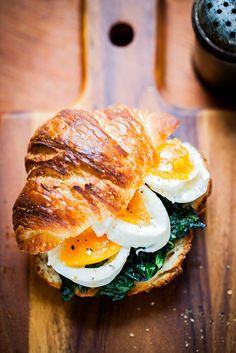 Croissant sandwich with spinach and egg. There is a translation button on the right.