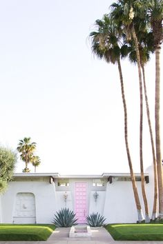 USA Travel Inspiration - Apparently, this pink door in Palm Springs is all the rage. What a unique color for a front door! {via Teske Goldsworthy Teske Goldsworthy Lanza Home Design, Design Ideas, Exterior Design, Interior And Exterior, Bungalows, Beautiful Homes, Beautiful Places, Palm Springs Style, Palm Springs Houses