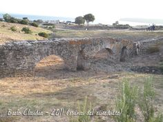 Ruinas del acuducto romano con la que se abastecia de agua a la ciudad de Baelo Caludia  cerca de la Playa de Bolonia Tarifa en el campo de gibraltar(Cadiz)