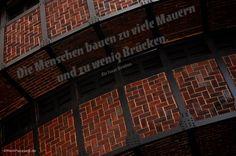 Mein Papa sagt... Die Menschen bauen zu viele Mauern und zu wenig Brücken. Sir Isaac Newton #Zitate #deutsch #quotes      Weisheiten & Zitate TÄGLICH NEU auf www.MeinPapasagt.de