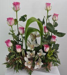 Arreglo Floral Cymbidium Malibu con rosas en Bogotá Online http://www.magentaflores.com/productos/arreglos-florales-bogota.html