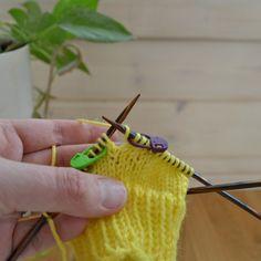 Sanon tätä kantapäätä kiilakantapääksi, koska en tiedä sille oikeaa, vakiintunutta nimeä (jos tiedät, laita kommentteihin!) Tätä tekniikkaa on käytetty mm. suunnittelemissani Haihu-sukissa. Tässä esimerkissä kantapää on tehty 48 silmukalla neulottaviin sukkiin. Haihu-sukissa on mallineuletta, mutta tässä esimerkissä tehdään sileää neuletta koko sukka. Kantapääkiila (suljettuna neuleena) Ensin neulotaan kantapääkiila tekemällä lisäyksiä kierroksen vaihtumiskohdan molemmin puolin… Friendship Bracelets, Crochet Necklace, Manualidades, Friend Bracelets