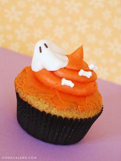 Cupcakes Halloween Fantasma :: annavalero.com #cupcakes #halloween #postres #dessert #receta #recipe