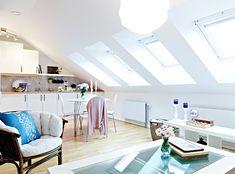 Preciosa la distribución de luz natural, gracias a ventanas y tragaluces en el techo, y la de espacios en este ático, con detalles naturales como el suelo de madera de roble, las vigas de madera en…