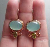 Vergulde zilveren oorbellen met aqua Chalcedoon en Peridot