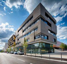 Bloque 32 ocupa una posición estratégica en el vasto programa de renovación del barrio Duchère, en Lyon.