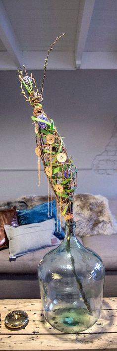 In een glazen bolfles maakt bloemstyliste Esther Bolt een hip en hot boeket met takken uit bos of tuin. Ze laat stap voor stap zien hoe je dat zelf doet.