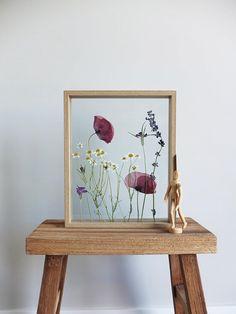 Ik de hand pick heerlijke lokale groeiende bloemen, gras en planten hen eeuwig weergeven in een frame voor uw huis. Gedroogde Poppy en wilde bloemen van Uithoorn, Nederland, ingelijst en gedrukt in een houten frame tussen twee stukjes glas. Elke droog bloemstuk wordt geleverd met een Simple Flowers, Dried Flowers, Poppy Flowers, Plant Wall Decor, Plant Art, Photo Frame Crafts, Wild Poppies, Floral Room, Botanical Decor