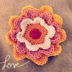Attic 24, Patron Crochet, Simply Crochet, Blooming Flowers, Learn To Crochet, Flower Brooch, Crochet Flowers, Crochet Earrings, Blanket