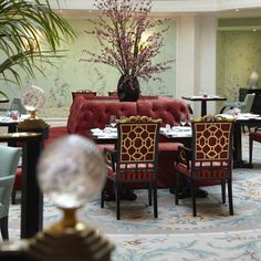 Our luxury Shangri-La Hotel, Paris, Paris provides comfortably appointed rooms, suites and restaurants as well as excellent amenities. Shangri La Paris, Shangri La Hotel, Paris Restaurants, Paris Hotels, Francia Paris, Wallpaper Stencil, Heritage Hotel, Dining Decor, Dining Room