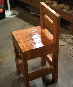 Build a Chunky Bar Stool - directions included Diy Bar Stools, Diy Stool, Diy Chair, Bar Chairs, Office Chairs, Room Chairs, Pallet Bar Stools, Pallet Chair, Pallet Tables