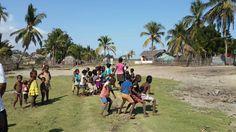Balıkçı köyünde çocukların dansı