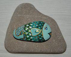 Sasso dipinto a mano con colori acrilici. Ho lasciato il retrò al naturale senza decorazioni.  Mano di pietra dipinta con colori acrilici. Ho