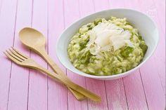 Il risotto agli asparagi è un primo piatto sfizioso e delicato, realizzato con asparagi verdi e mantecato con stracchino e raspadura.