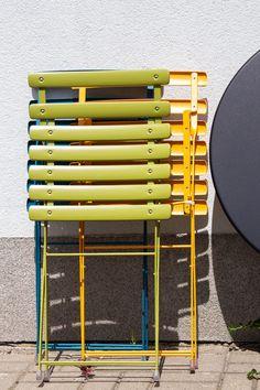 Zestaw ogrodowy składający się z dwóch krzeseł i stołu z kolekcji Arc en Ciel marki Emu. Wykonany ze stali. Dostępny w bardzo bogatej palecie kolorystycznej. Doskonale sprawdza się na balkonie, tarasie czy w ogrodzie. Emu, Design
