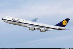 The Lufthansa 747-8i Retro Jet banking away from JFK.