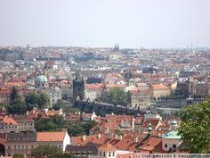 Vista de Praga Vista de Praga desde una de las torres de la catedral, con el puente de Carlos IV (abarrotado como siempre) en primer plano