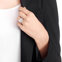 #Balthus è un #anello dal magnifico motivo a #stella in metallo rodiato impreziosito dal pavé di Clear Crystal. Lo trovi in #promozione insieme ad altri articoli #Swarovski.