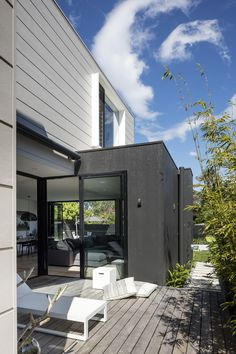 THE ROSE BAY HOUSE by THE DESIGNORY is a fully realised example of design collaboration at it's best. This custom, pre-fabricated home was architecturally designed by Pleysier Perkins and constructed by PreBuilt in their Melbourne factory before being transported by truck to it's final resting place in the leafy Eastern beachside suburbs of Sydney. #Sydney #Interiordesign #styling #paneling #outdoor #entertainment #exterior #architecture
